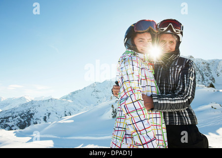 Großmutter und Enkelin umarmt, Les Arcs, Haute-Savoie, Frankreich - Stockfoto