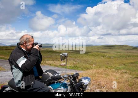 Ältere männliche Motorradfahrer mit dem Fotografieren der Szene - Stockfoto