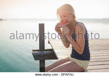 Porträt der jungen Frau, die Wassermelone essen - Stockfoto