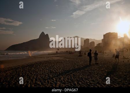 Sonnenuntergang am Strand von Ipanema, Rio, Brasilien - Stockfoto