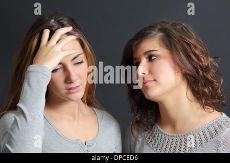 Frau besorgt und ein weiteres tröstlich ihr auf einem dunklen Hintergrund - Stockfoto