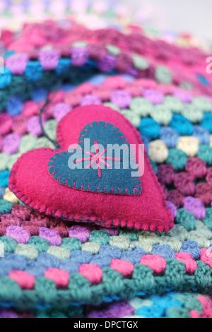 Hintergrund rosa häkeln mit Garn Herz auf weißem rustikalen ...