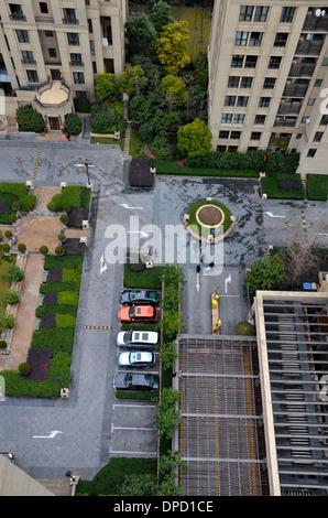 Luftaufnahme des Parkplatzes, Gebäude und Grünanlagen in Shanghai - Stockfoto