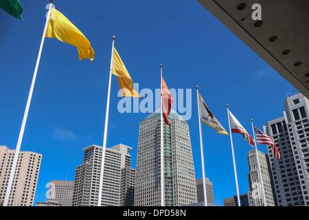 Bunte Fahnen außerhalb des Moscone Center in San Francisco, Kalifornien - Stockfoto