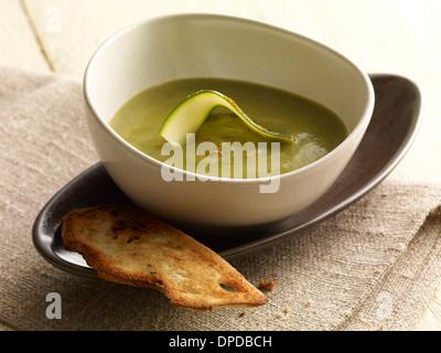 Zucchini-curry-Suppe in der Schüssel - Stockfoto