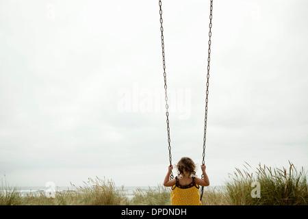 kind auf einer schaukel im garten eine daisy chain sitzend dublin irland stockfoto bild. Black Bedroom Furniture Sets. Home Design Ideas