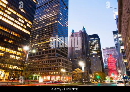Park Avenue in der Abenddämmerung, New York City, USA - Stockfoto