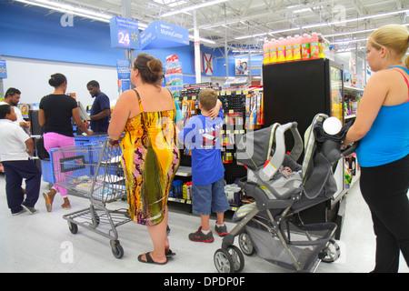 Miami Florida Wal-Mart Walmart einkaufen Linie Warteschlange Auschecken Kunden warten Frau Kinderwagen - Stockfoto