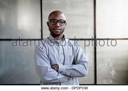 Porträt des jungen Innenarchitekten im leeren Raum - Stockfoto