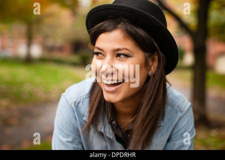 Frau mit Hut im park - Stockfoto