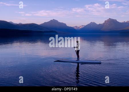 Frau auf Kanu, Lake McDonald, Glacier National Park, Montana, USA - Stockfoto