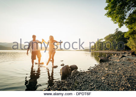 Junges Paar Paddeln im See, Cumbria, England, UK - Stockfoto