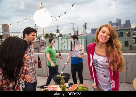 Junge Erwachsene Freunde genießen Grill - Stockfoto