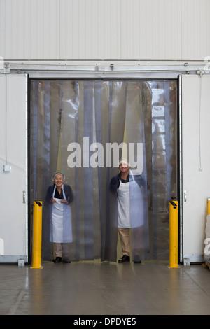 Fabrikarbeiter durch Auslieferungslager Bucht laden Stockfoto