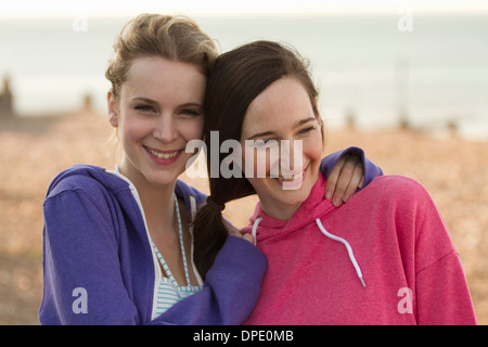 Zwei junge Freundinnen am Strand von Whitstable, Kent, UK - Stockfoto
