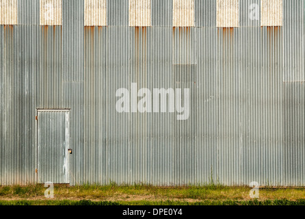 Tür und gewellte Wand bereit für Ihr Kunstwerk - Stockfoto