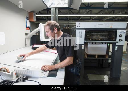 Arbeiter, die Vorbereitung von digitalen Druckmaschinen in Druckwerkstatt - Stockfoto