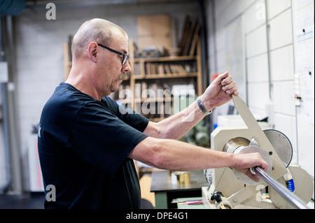 Arbeitnehmer operativen Schneidemaschine in Papier Druck Werkstatt - Stockfoto