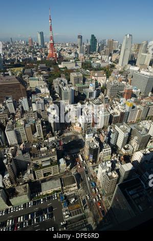 Stadtbild von Tokio zeigen die roten Tokyo Tower, gesehen von der Aussichtsplattform des World Trade Center, Tokyo, - Stockfoto