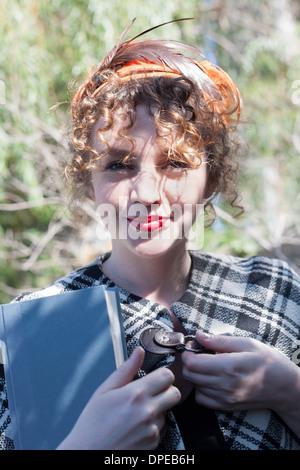Porträt der jungen Frau Holding Buch im park - Stockfoto