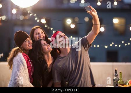 Junge Erwachsene Freunde unter Selbstportrait auf party - Stockfoto