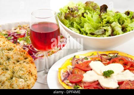 Schöne italienische Mahlzeit mit vielen Inhaltsstoffen - Stockfoto