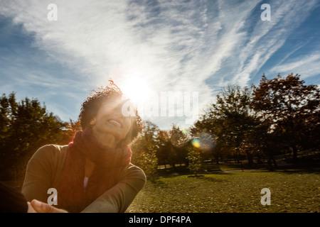 Junge Frau im Park an Herbsttag - Stockfoto