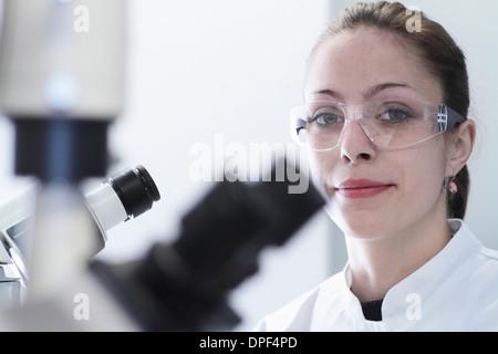 Porträt der Wissenschaftlerin im Labor hautnah - Stockfoto