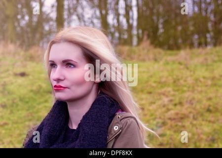 Porträt der traurige junge Frau im freien - Stockfoto