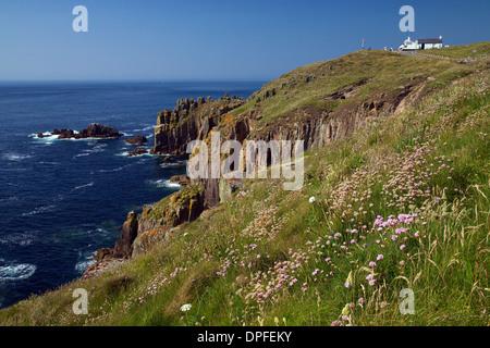 Klippen und Café am Lands End Sommer Sonnenschein, Cornwall, England, Vereinigtes Königreich, Europa - Stockfoto