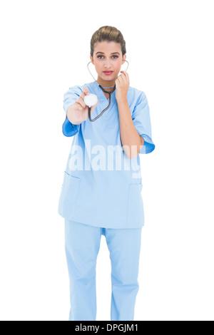 Heck braunen Haaren Krankenschwester in blau mit einem Stethoskop scrubs - Stockfoto