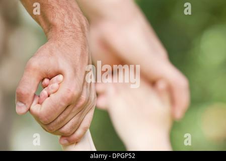 Vater des Kindes halten Hände - Stockfoto