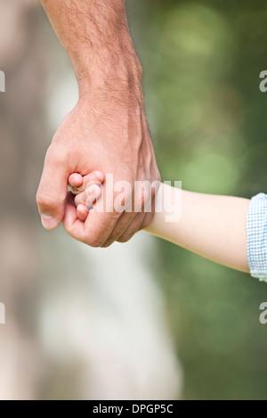 Vater Holding Kinderhand - Stockfoto