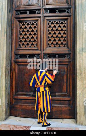 Mitglied der Schweizer Garde öffnet eine Tür führt zur Sixtinischen Kapelle als US-Außenminister John Kerry Tours - Stockfoto