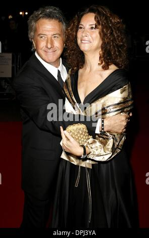 21. Oktober 2006 - das Odeon, LONDON - DUSTIN HOFFMAN & LISA GOTTSEGEN. SCHAUSPIELER & FRAU. STRANGER THAN FICTION - Stockfoto