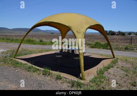 Bizarre Picknickschutz im modernistischen Stil in Warwick, Queensland, Australien - Stockfoto