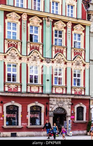 Eine kunstvolle und farbenfrohe Barockhaus Fassade in der Breslauer Altstadt Marktplatz oder Rynek. - Stockfoto