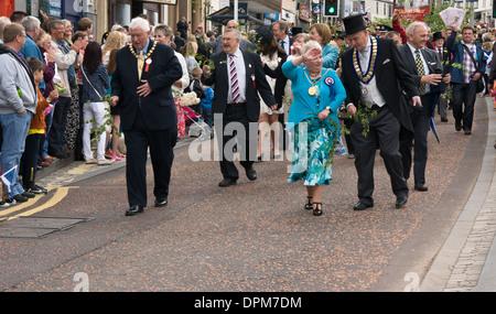 Der Lord Provost (die Dame in türkis) und Beamten, die Teilnahme an der jährlichen Lanimer Day-Prozession in Lanark, - Stockfoto