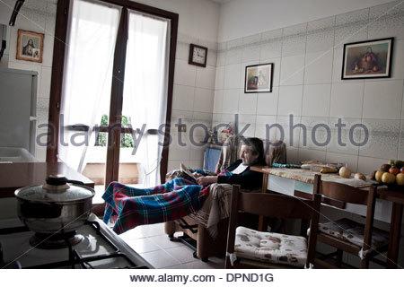 Älterer Herr im eigenen Haus - Stockfoto