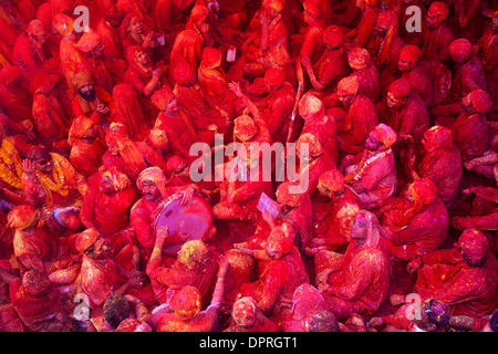 Männer aus Nandgaon & Barsana sitzen Angesicht zu Angesicht in eine Samaaj (eine Gemeinde sammeln) während des Festivals - Stockfoto