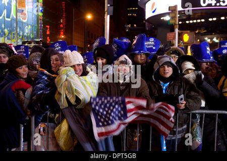 31. Dezember 2008 - New York, New York, USA - Nachtschwärmer beteiligen sich die Silvester-Feierlichkeiten in New - Stockfoto