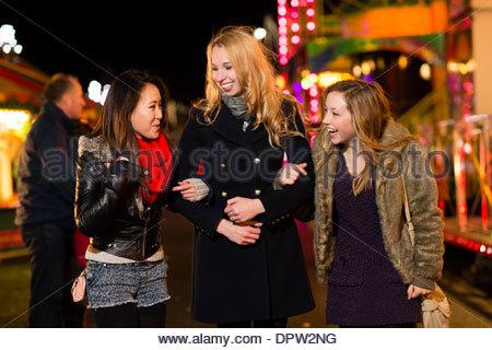 Drei Teenager Mädchen Freunde junge Frauen, die Spaß an der Aberystwyth November Messe - Stockfoto