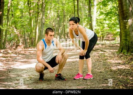 Junge sport paar müde nach dem Joggen, Entspannung in der Natur (Wald) - Stockfoto