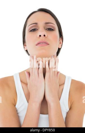 Nahaufnahme einer ungezwungenen Frau Hals Schmerzen leiden - Stockfoto