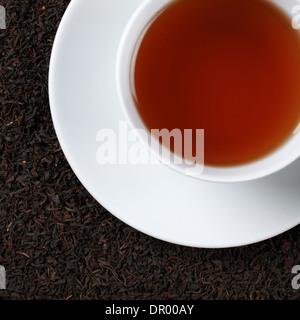Schwarzer Tee in einer Tasse von oben - Stockfoto