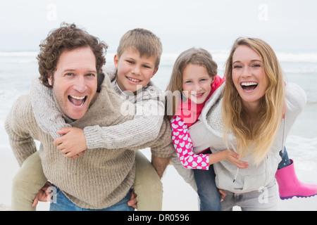 Paar Kinder am Strand Huckepack - Stockfoto