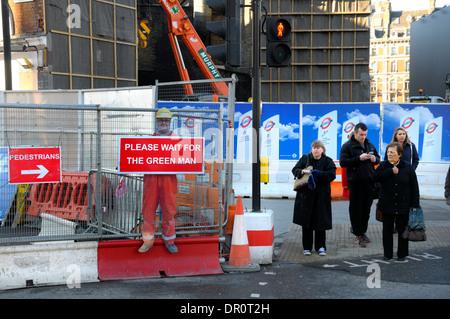 """London, England, Vereinigtes Königreich. Menschen warten auf die Straße zu überqueren, von Baustellen. """"Bitte warten - Stockfoto"""