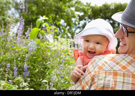 Vater mit Tochter im park - Stockfoto