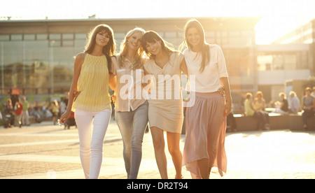 Vier fröhliche Freundinnen auf dem Sommer-Spaziergang - Stockfoto