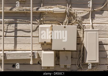 Kabelsalat und elektrische Felder in der Wand. Verkabelung der ...